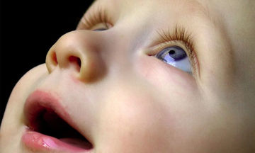 Το μωρό μου κοιτάζει το ταβάνι - Είναι σημάδι αυτισμού ή κάτι άλλο;