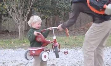 Όταν το παιδί βαριέται να κάνει ποδήλατο, ο μπαμπάς έχει τη λύση
