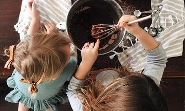 Τι εννοείς όταν λες ότι δεν μαγειρεύεις με το παιδί σου επειδή δεν θες να σου λερώσει το σπίτι;