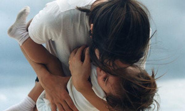 «Μην με επικρίνεις επειδή μεγαλώνω το παιδί μου με νταντά»