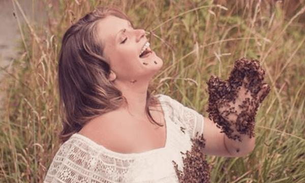 Έγκυος γυναίκα ποζάρει καλυμμένη από 20.000 μέλισσες και σοκάρει το Διαδίκτυο