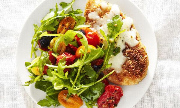 Τρυφερό κοτόπουλο με κρούστα παρμεζάνας και λαχανικά