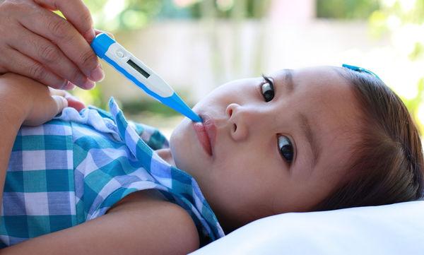 Πυρετός: Ποια συμπτώματα πρέπει να προσέχουν οι γονείς εκτός από το ύψος του πυρετού