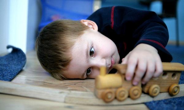 Συμπτώματα αυτισμού μέχρι 2 ετών: Πώς καταλαβαίνεις αν ένα παιδί έχει;