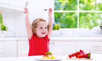Εκπαιδεύοντας το παιδί μας σε τρόπους συμπεριφοράς στο τραπέζι