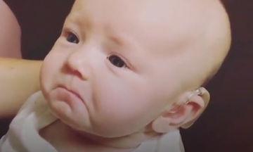 Μωράκι ακούει για πρώτη φορά τη μαμά του να του λέει «Σ'αγαπώ» και συγκινείται  (vid)