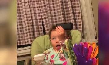 Μωρά προσπαθούν να βγάλoυν καλύτερες selfies από τους γονείς τους