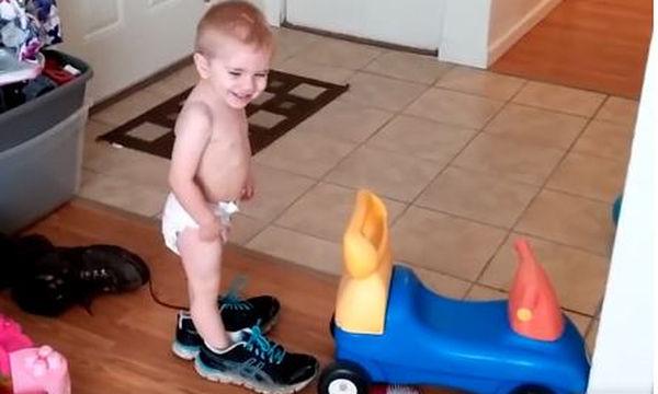 Όταν τα παιδιά δοκιμάζουν τα παπούτσια των γονιών τους, συμβαίνουν διάφορα ευτράπελα (vid)