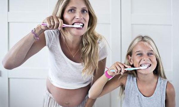 Είστε έγκυος; Προσέξτε τα ούλα και τα δόντια σας