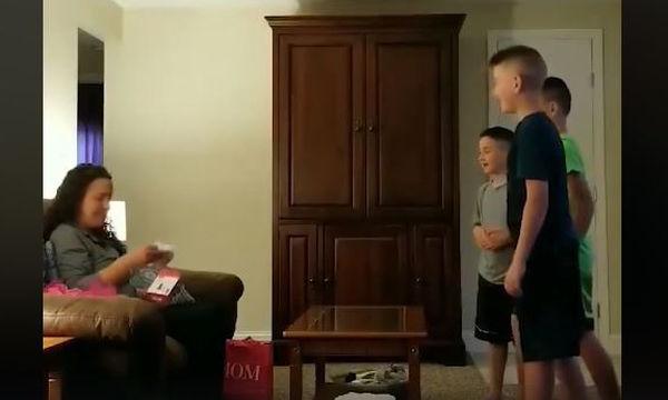 Αυτή η πρόταση γάμου δεν έγινε από τον μπαμπά αλλά από τους γιους! (vid)
