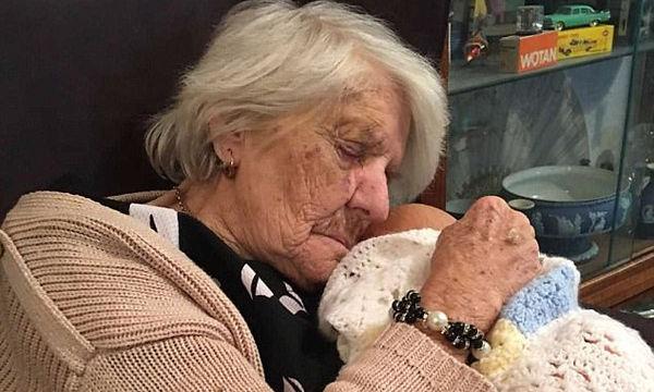 Συγκινητικό: Γιαγιά με άνοια βρήκε το χαμόγελό της μέσα από τη φροντίδα μιας κούκλας (vid)