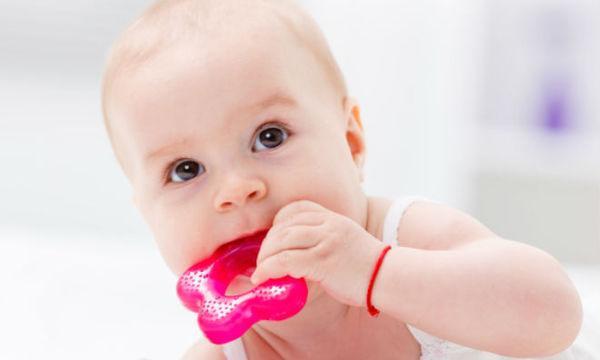 Το μωρό σας βγάζει τα πρώτα του δοντάκια; Αυτό το αξεσουάρ οδοντοφυϊας θα το χρειαστείτε