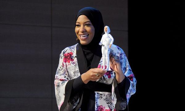 Αυτή είναι η πρώτη επίσημη κούκλα Barbie με μαντίλα