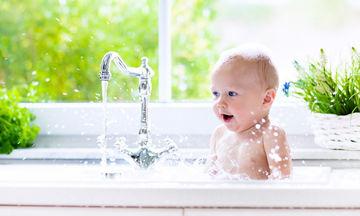 Πώς μπορεί να γίνει εύκολο το μπάνιο του νεογέννητου