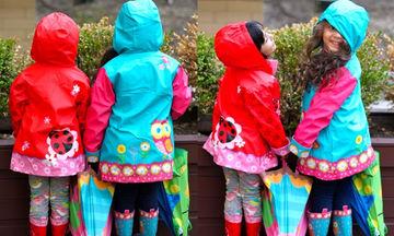 Παιδικό αδιάβροχο για τα κορίτσια σας! Τα λατρεύουν οι σταρς και μπορείτε να τα βρείτε με 20 ευρώ