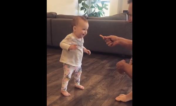 Κοριτσάκι κάνει τα πρώτα της βήματα για χάρη μίας… τηγανιτής πατάτας