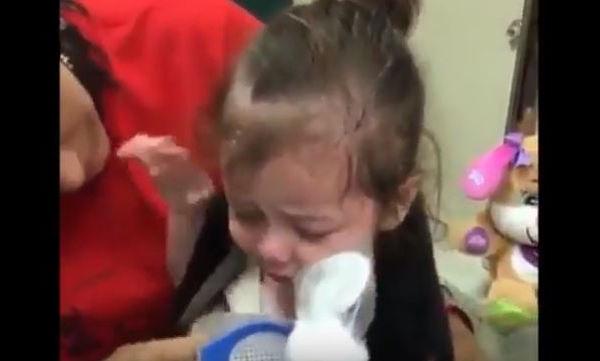 Κοριτσάκι γεννήθηκε τυφλό και είδε το φως με τα μάτια ενός άλλου! Δείτε τη συγκινητική στιγμή