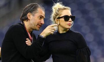 Lady Gaga: Ο σύντροφός της έκανε ένα ιδιαίτερο τατουάζ για εκείνη και σόκαρε το διαδίκτυο