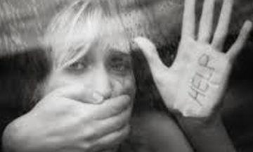 «Δεν είσαι μόνη σου». Η κακοποίηση των γυναικών, μέσα από αριθμούς που σοκάρουν