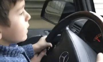 Τετράχρονος οδηγεί αυτοκίνητο με 100χλμ σκορπώντας τον τρόμο σε κεντρικό δρόμο της Μόσχας (vid)