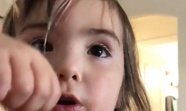 Αυτή η μικρή έκοψε τα μαλλιά της και η δικαιολογία της είναι μοναδική (vid)