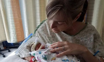 Δημιούργησαν «κλαμπ αγκαλιάς» για πρόωρο μωράκι και η ιστορία τους έγινε viral