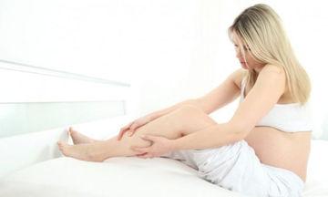 Κράμπες στα πόδια στην εγκυμοσύνη: 8 tips για να ανακουφιστείτε