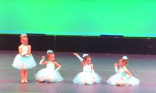 Μικρή μπαλαρίνα κλέβει την παράσταση αλλά όχι για το λόγο που φαντάζεστε (video)