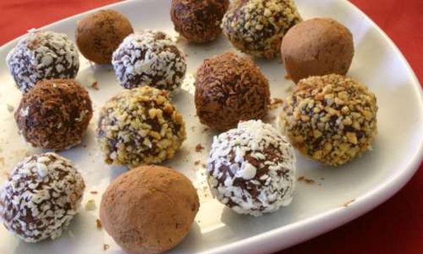 Χριστουγεννιάτικα τρουφάκια με μπισκότα, κακάο και καρύδια - Έτοιμα σε λίγα λεπτά