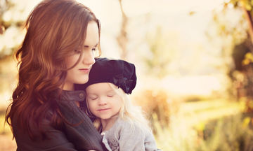 Δέκα κανόνες για μαμάδες που μεγαλώνουν κόρες