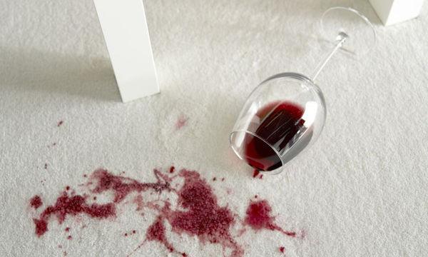 Δείτε πώς θα βγάλετε εύκολα το λεκέ από κόκκινο κρασί