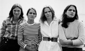 Μία συγκινητική ιστορία: 4 αδελφές έβγαζαν την ίδια φωτογραφία για 40 χρόνια (pics)