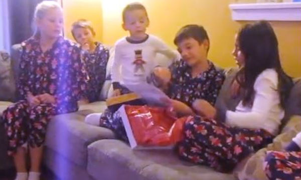 Δεν θα μπορούσαν να ευχηθούν καλύτερο πρωτοχρονιάτικο δώρο αυτά τα τρία παιδιά (video)