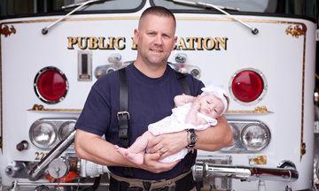 Πυροσβέστης υιοθέτησε μπεμπούλα που ξεγέννησε ο ίδιος εν ώρα καθήκοντος, σώζοντας τη ζωή της