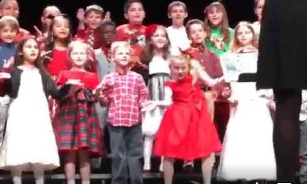 Η μικρή τα δίνει όλα στη σχολική παράσταση (video)