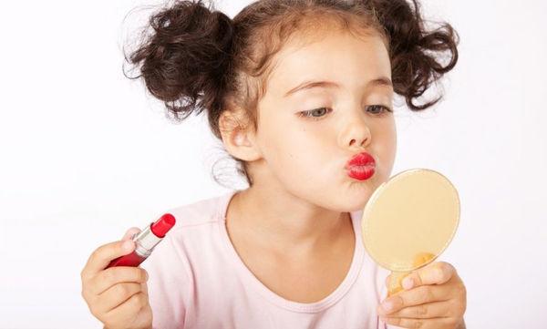 Θύελλα αντιδράσεων για την 3χρονη makeup artist και τα βίντεο της στα social media (vds)