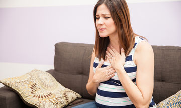 Καούρες στην εγκυμοσύνη: 12 τρόποι που θα σας ανακουφίσουν