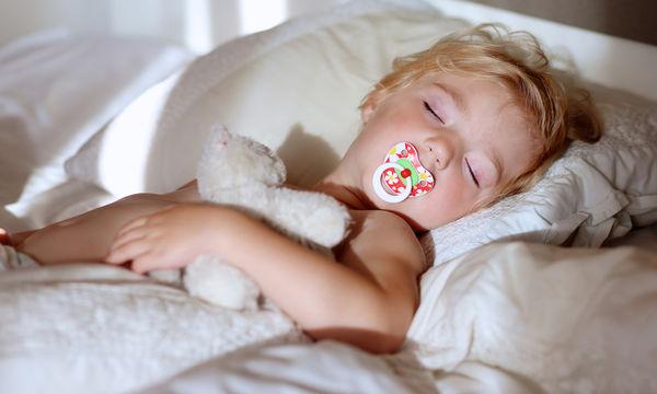 Ύπνος μωρού: Μία μαμά μοιράζεται το παράδοξο μυστικό για να μην ξυπνάει η κόρη της τα βράδια