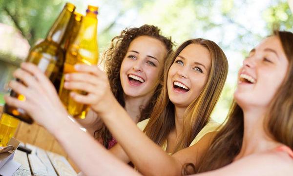 Έφηβος και αλκοόλ: Πώς πρέπει να αντιδράσουν οι γονείς αν διαπιστώσουν ότι το παιδί τους πίνει;