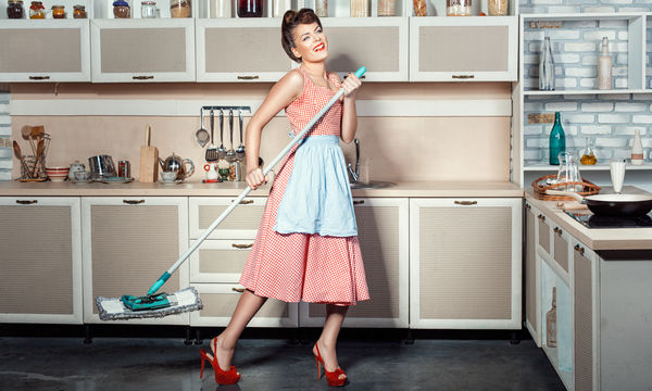 Η κουζίνα σας χρειάζεται ένα καλό καθάρισμα; Πέντε οικολογικοί τρόποι για να λάμψει (vid)