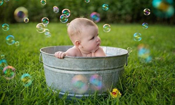 Μπάνιο μωρού: Από τις πιο διασκεδαστικές στιγμές της ημέρας (vid)
