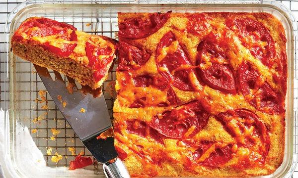 Συνταγή για κολατσιό: Καλαμποκόψωμο με τυρί τσένταρ και ντομάτες