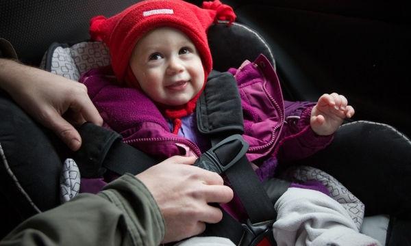 Το λάθος που κάνουν τον χειμώνα οι γονείς στο αυτοκίνητο, όταν βάζουν το παιδί στο καθισματάκι