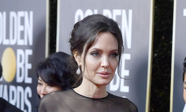 Ποιος είναι ο νεαρός που συνόδευσε την Angelina Jolie στο κόκκινο χαλί
