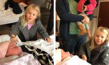 Η ξεχωριστή αντίδραση δύο μικρών κοριτσιών όταν βλέπουν για πρώτη φορά τη νεογέννητη αδελφή τους