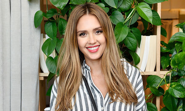Jessica Alba: Δείτε την να θηλάζει το γιο της και να δηλώνει… «Time's Up» (pics)