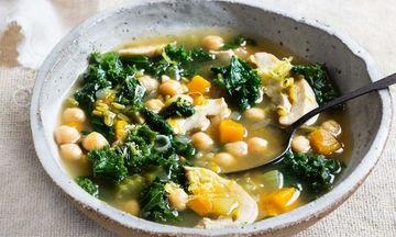 Συνταγή για πεντανόστιμη και θρεπτική χειμωνιάτικη σούπα με ρεβίθια, κοτόπουλο και χόρτα