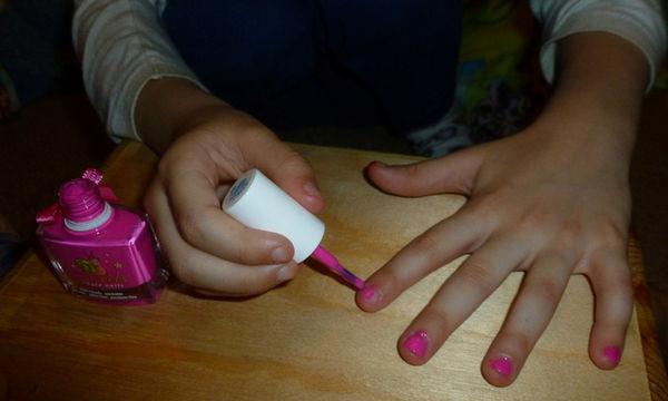 Αφήστε τις κόρες σας να βάψουν τα νύχια τους με βερνίκια που έχουν βάση το νερό