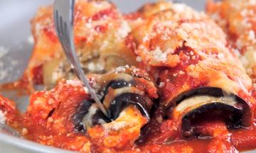 Εύκολη συνταγή: Μελιτζάνες ρολό στο φούρνο με κόκκινη σάλτσα και παρμεζάνα  (vid)