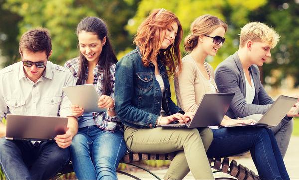 Η πολύωρη χρήση των social media και των κινητών κάνει δυστυχισμένους τους εφήβους